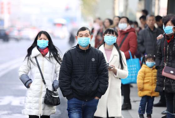 우한 바이러스로 중국에서 4번째 사망자가 나왔다. 거리에 나온 시민들이 마스크를 쓰고 있는 모습. [EPA=연합뉴스]