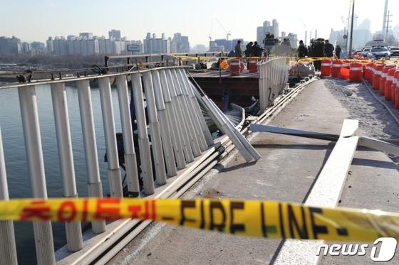 21일 SUV 차량이 난간 아래로 떨어진 성산대교 사고 지점. [뉴스1]