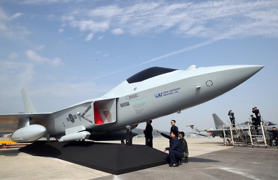 지난해 10월 경기 성남 서울공항에서 열린 '서울 국제 항공우주 및 방위산업 전시회'(서울 ADEX 2019) 프레스 데이 행사에서 공군의 한국형 차세대 전투기(KF-X)의 실물모형이 공개되고 있다. [연합뉴스]