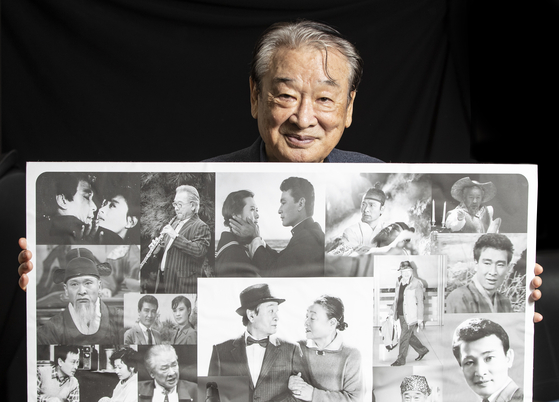 배우 이순재가 서울 역삼동 SG연기아카데미 원장실에서 자신의 출연작 사진들을 한데 모아 보여주고 있다. 1956년 데뷔한 그의 출연작은 300편이 넘는다. 권혁재 사진전문기자