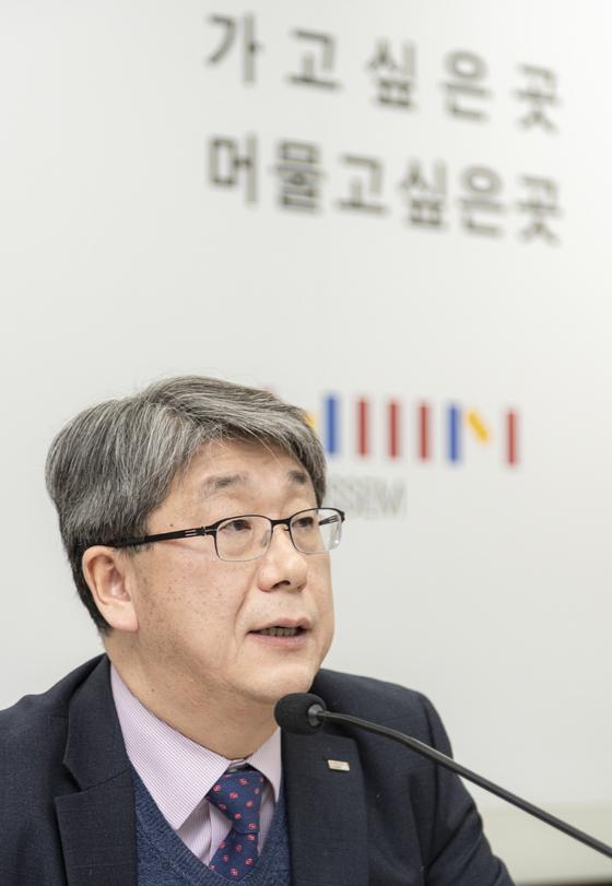 강승수 한샘 회장이 21일 상암동 한샘사옥에서 기자회견을 열고 질문에 답하고 있다. [사진 한샘]