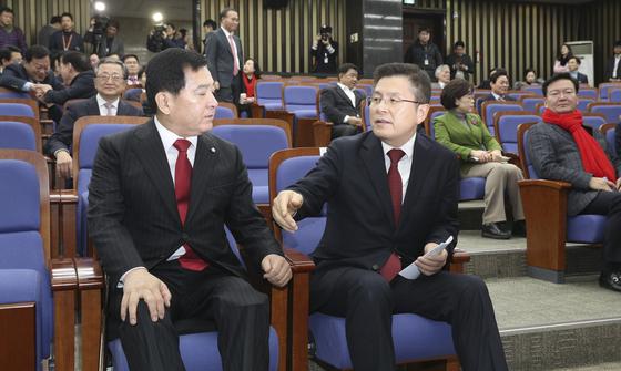 자유한국당 황교안 대표(오른쪽)와 심재철 원내대표가 21일 오전 국회에서 열린 의원총회에 참석해 대화하고 있다. 임현동 기자