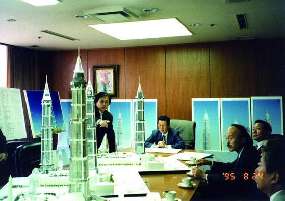1995년 롯데월드타워 건설 회의 중인 고 신격호 명예회장의 모습. 왼쪽에서 세번째가 오쿠노 쇼 회장이다. [사진 롯데지주]