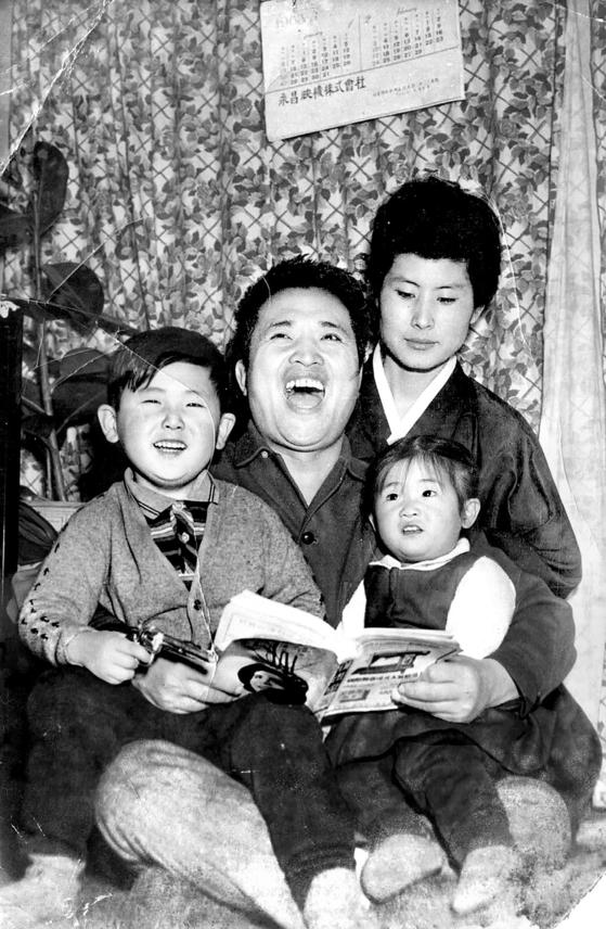60년대 후반 아내와 아들, 딸과 함께 화목한 시간을 보내고 있는 신영균. [사진 신영균예술문화재단]