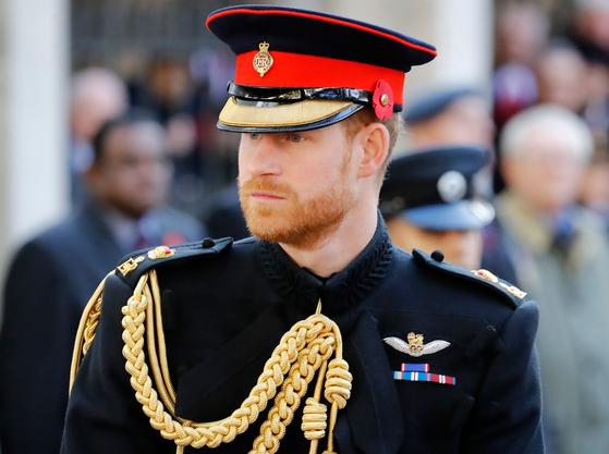 굿바이 왕자님! 사진은 해리 왕자가 지난해 웨스트민스터 사원의 한 행사에 참석하는 모습. 그가 아끼던 영국군 장교 제복을 입었다. [AFP=연합뉴스]