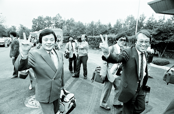 남보원(왼쪽)이 1985년 단짝 백남봉(2010년 사망)과 평양공연차 방북하는 모습. [연합뉴스]
