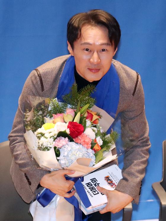 더불어민주당 '10호 영입 인재'인 이탄희 전 판사가 19일 서울 여의도 국회 의원회관에서 열린 인재영입 발표에서 꽃다발을 받고 인사를 하고 있다. [뉴스1]