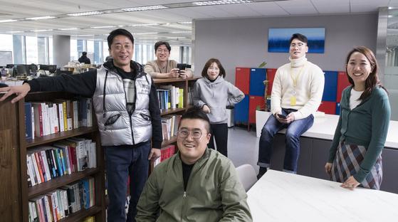 """서영택 밀리의 서재 대표(맨 왼쪽)는 '우리 회사엔 통상 생각하는 대부분이 없다""""며 '대표실도, 결제도 없다""""고 했다. 사진 프레임에서 살짝 벗어난 바로 옆에 서 대표 책상이 있다. 우상조 기자"""