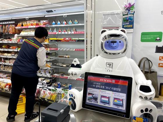 지난해 11월 26일 세븐일레븐 시그니처 매장의 결제 로봇 브니와 인간이 협업 중이다. 전영선 기자