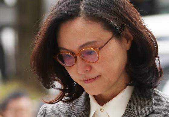 조국 전 법무부 장관의 부인 정경심 동양대학교 교수가 구속영장심사를 받기 위해 법원에 출석하고 있다. [뉴시스]