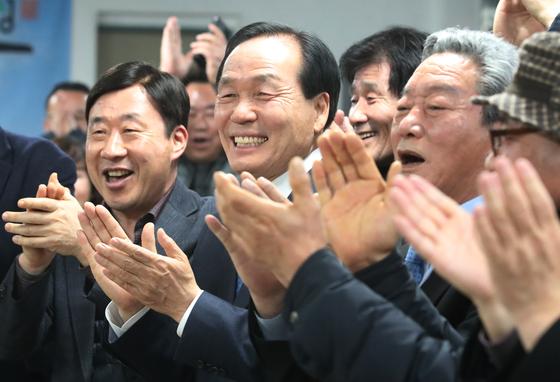 김주수 의성군수가 대구통합신공항 이전지 결정을 위한 경북 군위·의성 주민투표가 실시된 21일 오후 신공항 의성군유치위원회 사무실에서 개표 결과 의성군 공동후보지(군위군 소보면·의성군 비안면)가 찬성률 90.36%(3만8534표)를 기록했다는 소식을 접하고 주민과 함께 기뻐하고 있다. [뉴스1]