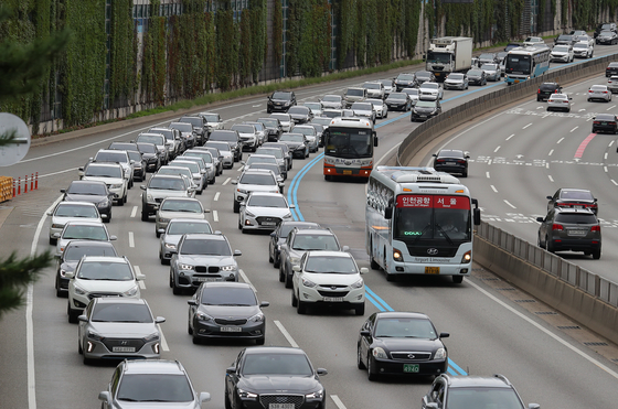 추석 연휴 첫날인 9월 12일 서울 서초구 경부고속도로 잠원IC부근 하행선(왼쪽)이 정체를 빚으며 차량들이 서행하고 있다. [뉴스1]