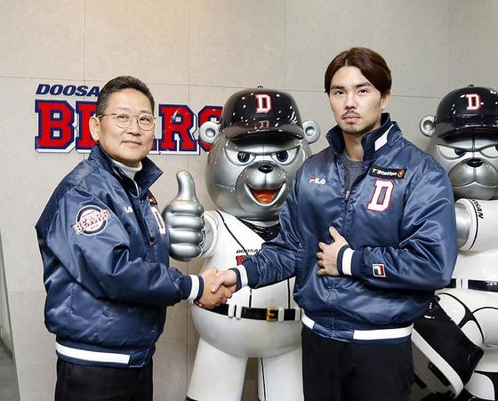 오재원(오른쪽)이 22일 서울시 잠실구장 두산 베어스 사무실에서 FA 계약을 한 뒤 전풍 대표이사와 악수하고 있다. [사진 두산 베어스]