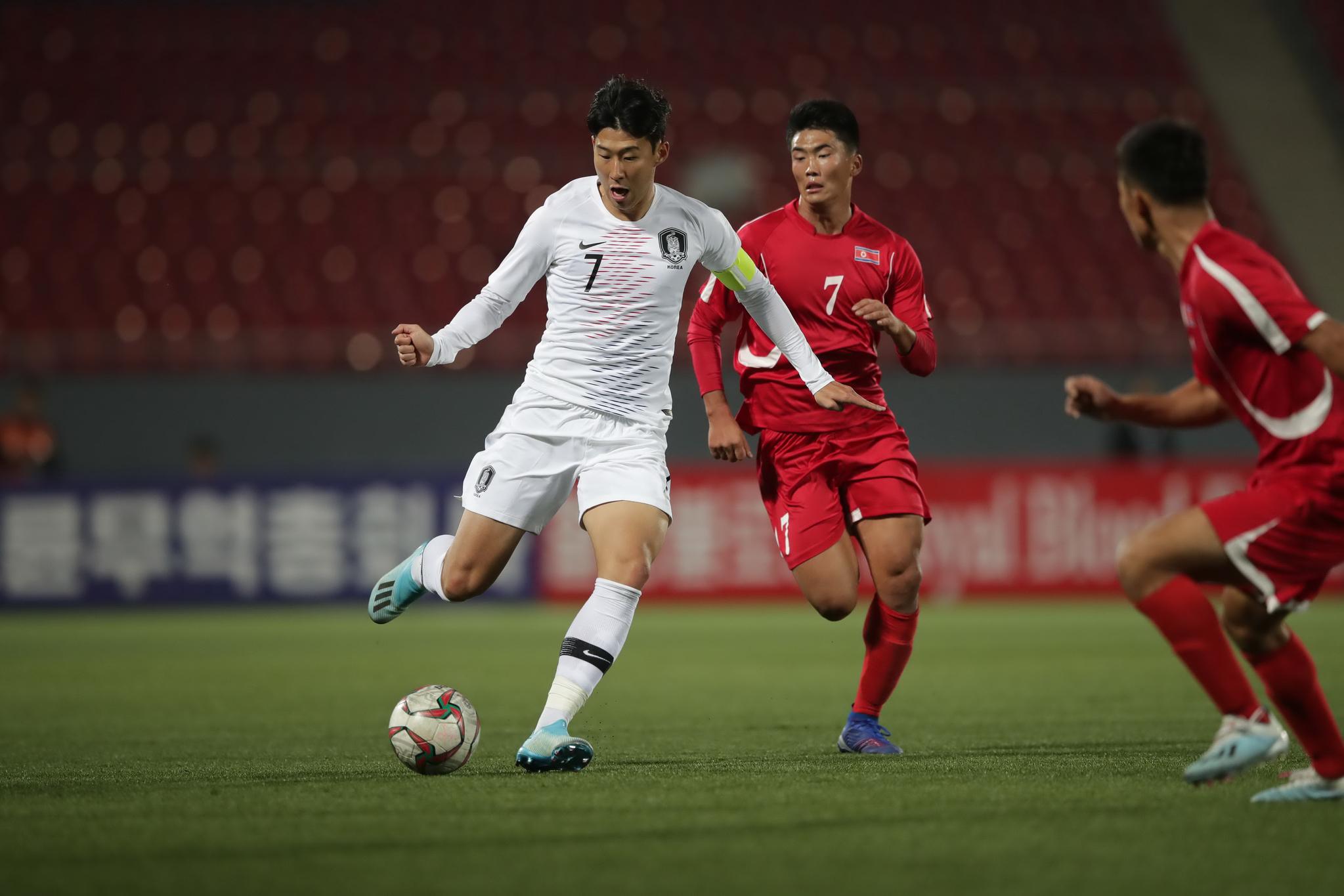 한국 손흥민과 북한 한광성이 지난해 10월15일 평양에서 열린 월드컵 예선에서 만났다. 북한은 6월 한국에서 열리는 리턴매치에 불참할 가능성도 있다. [사진 대한축구협회]