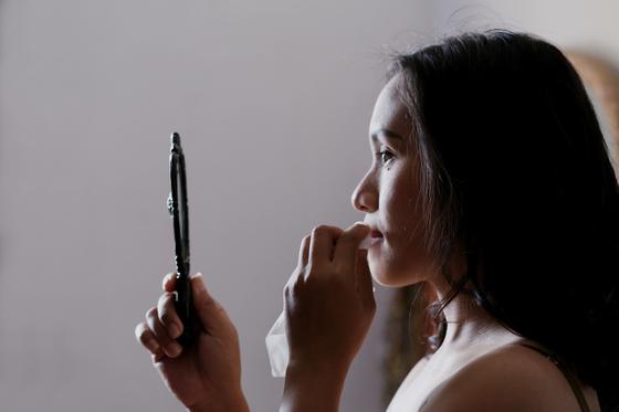 2019년, 한국 여성들은 어떤 화장품을 바르고, 어떻게 화장을 했을까요? 모바일 리서치 플랫폼 '오픈서베이'의 '뷰티 트렌드 리포트2020'을 살펴봤습니다. [사진 septian-simon on unsplash]