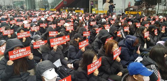 22일 서울 상암동 CJ ENM 본사 앞에서 엑스원(X1)의 새그룹 결성을 요구하는 시위대