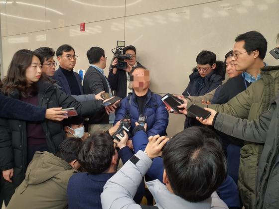22일 오전 인천공항을 통해 귀국한 네팔 해외교육봉사단 3팀 소속 수석 교사 A씨가 취재진 질문에 답하고 있다. 이후연 기자