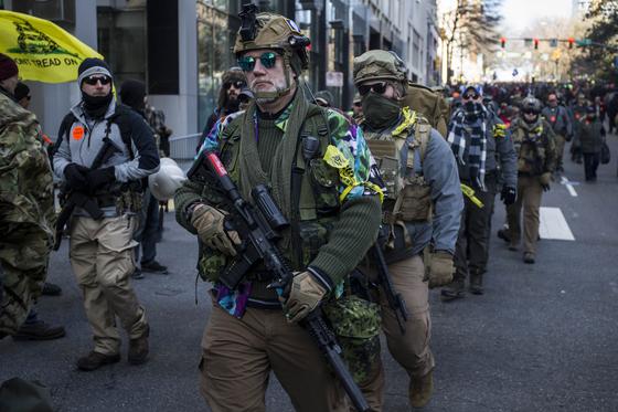 미국 버지니아 주 리치몬드 의회 의사당 밖에서 총기 옹호자들이 20일 (현지시간) 총기 규제를 반대하는 시위를 벌이고 있다.[AFP=연합뉴스]