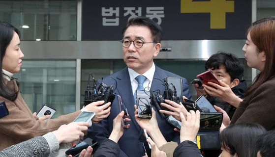 조용병 신한금융지주 회장이 22일 서울 송파구 동부지법에서 열린 1심에서 징역 6개월에 집행유예 2년을 선고받고 법정을 나서며 질문에 답하고 있다. [연합뉴스]