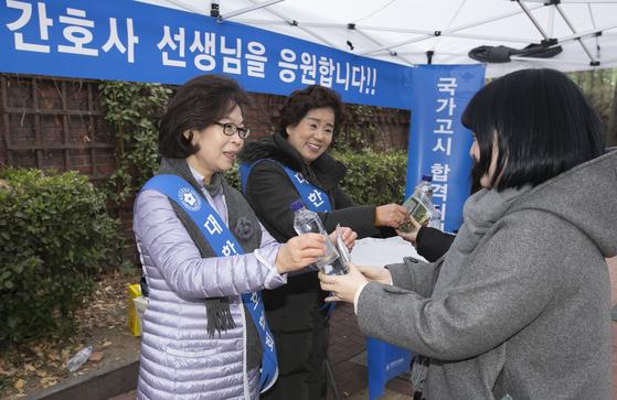 """대한간호협회 """"미래의 간호사 선생님 응원"""" 국가시험장 찾아 수험생 격려"""