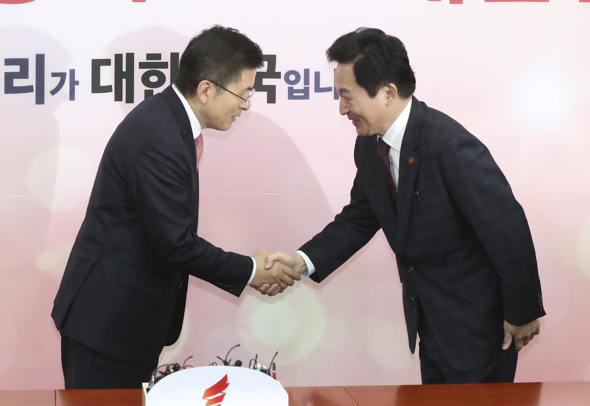 황교안 자유한국당 대표(왼쪽)가 22일 국회에서 원희룡 제주도지사와 인사하고 있다. 임현동 기자