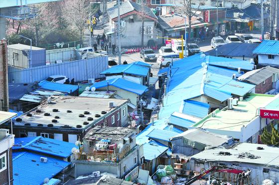 지난 20일 서울 영등포역 쪽방촌 모습. [뉴스1]