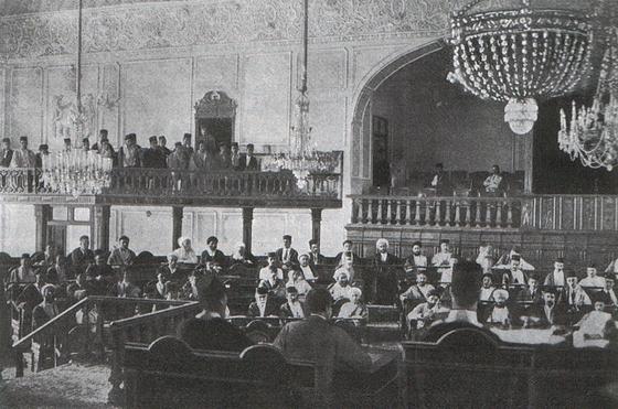 1906년 이란에 첫 헌법이 생기고 개원한 의회의 모습. [위키피디아]