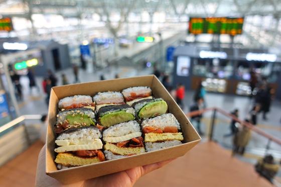 2018년 달리는 기차 안에서 먹거리를 팔던 손수레(카트)가 사라졌다. 도시락 까 먹는 재미를 느끼고 싶다면 기차역 도시락집을 이용하면 된다. 사진 속 아보카도김밥을 비롯해 팟타이(태국 볶음국수), 제육덮밥 등 다채로운 음식을 즐길 수 있다. 최승표 기자