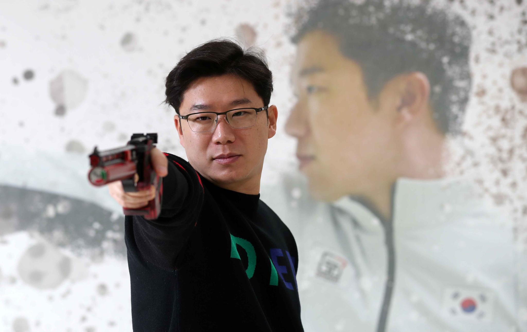 도쿄올림픽에서 5번째 금메달을 노리는 진종오가 신구대학교 사격연구소에서 훈련하고 있다. 김상선 기자