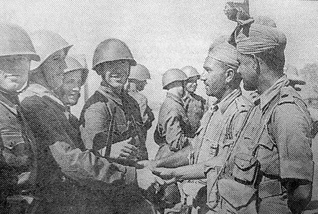 1941년 이란을 침공한 소련군과 영국군이 서로 만나고 있다. 이란은 서방과 공산권 모두로부터 유린 당했다. [위키피디아]