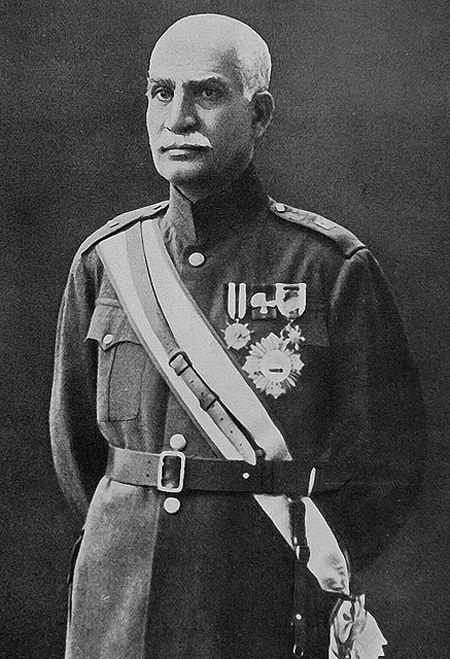 이란에 파흘라비 왕조를 세운 레자 샤의 모습. 페르시아 코자크 부대의 장교였던 그는 1921년 쿠데타로 집권해 1923~25년 총리와 군사령관을 지낸 뒤 1925년 헌법위원회로부터 샤(이란 군주)로 추대돼 파흘라비 왕조를 열었다. 하지만 나치 독일 세력을 끌어들여 영국과 소련을 견제하려고 시도하다 두 나라의 침공을 받아 왕좌에서 밀려났다. [위키피디아]