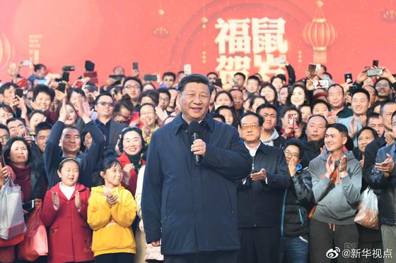 20일 윈난과 쿤밍을 방문해 시민들에게 설 인사를 하고 있는 시진핑 [신화시점]