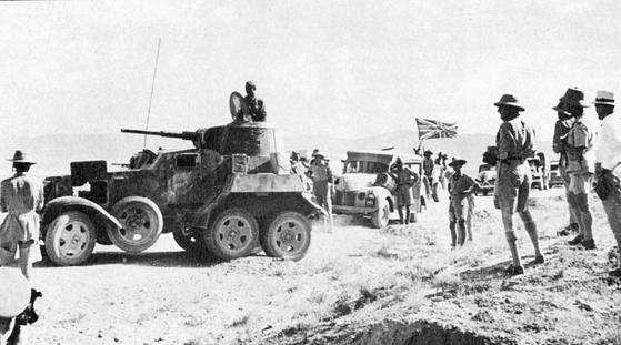 1941년 이란을 침공한 영국군과 소련군이 보급 작전을 함께 펼치고 있다. 영국군이 소련 장갑차를 보고 있다. [위키피디아]