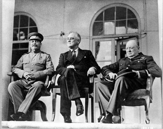 1943년 이란의 수도 테헤란에 있는 소련 대사관에서 열린 테헤란 회담의 모습. 왼쪽부터 소련의 이오시프 스탈린, 미국의 프랭클린 루스벨트 대통령, 영국의 윈스턴 처칠 총리. 이들은 나치 독일의 소련 침공에 맞서 제2 전선을 형성해 독일의 전력을 분산하는 방안 등을 논의했다. 제2 전선 형성은 1944년 6월 6일 연합군이 노르망디 상륙작전을 펴면서 실현됐다. [위키피디아]