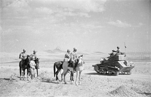 1941년 이란을 침공한 소련군과 영국군이 이란의 사막에서 서로 만나고 있다. [위키피디아]