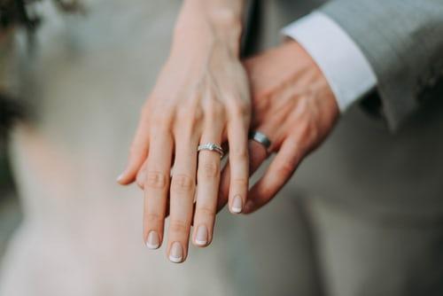 사랑에 빠져 결혼하고, 아이를 낳고, 정착하기 위해 고군분투하며 살아가다 어느 순간 다가오는 현실 인식의 순간. '이게 내가 원하는 삶일까? 나를 위해 살아보고 싶다'는 마음이 든다. [사진 Unsplash]