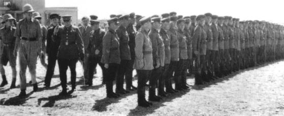 1941년 이란을 침공한 소련군과 영국군이 함께 사열 준비를 하고 있다. [위키피디아]
