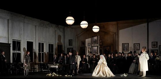 결혼식에 들이닥친 에드가르도는 루치아를 힐난하고. [사진 Flickr]