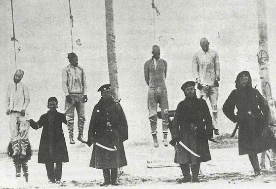 20세기 초 카자르 왕조 시절 이란에서 헌법 제정을 촉구하는 운동이 벌어지자 왕정은 러시아 장교가 지휘하는 코사크 부대의 도움을 받아 운동가들을 박해하고 처형했다. 이란 서북부 타브리즈의 모습이다. [위키피디아]