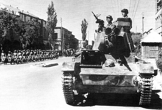 1941년 이란을 침공한 소련군 전차의 모습. [위키피디아]