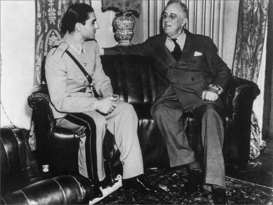 1943년 테헤란 회담 당시 미국의 프랭클린 루스벨트 대통령이 이란의 모하마드 레자 샤를 만나고 있다. 모하마드 레자 샤는 1941년 영국군과 소련군이 이란을 침공해 폐위시킨 부왕 레자 샤의 뒤를 이어 즉위했다. 레자 샤는 영국과 소련의 영향에 대항하기 위해 독일에 접근했지만 독일은 멀고 영국과 소련의 전차는 가까이 있었다. [위키피디아]