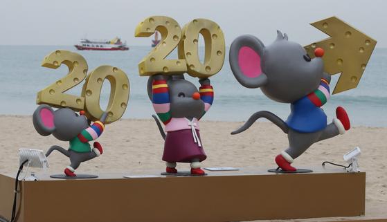 지난달 29일 부산 해운대해수욕장 백사장에 2020년 경자년 쥐띠 해를 맞아 쥐를 모티브로 한 캐릭터 포토존이 만들어져 시민과 관광객들의 눈길을 끌었다. 포토존은 가로 세로 각각 2m 크기의 액자형 포토존 옆으로 쥐 캐릭터 조형물 3마리가 '2020'과 화살표 모형을 들고 있는 모습으로 꾸며졌으며, 액자 위는 '해운대랑 2020경자랑', 아래는 '1년을 오늘처럼'이라는 문구가 적혀있다. 송봉근 기자