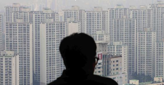 지난해 말 정부의 역대 최강 12.16부동산대책의 충격 속에 새해를 맞은 주택시장이 어디로 갈지 설 이후 본격적으로 가시화할 전망이다. 사진은 서울 아파트 전경. [연합뉴스]