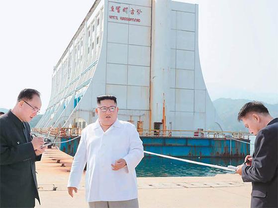 김정은 북한 국무위원장이 지난해 10월 금강산을 방문해 남측 시설 철거를 지시하고 있다. 2008년 관광이 중단되자 북측이 동결·몰수 해 방치한 건물이다. 북한이 '2월 철거'를 통첩했지만 정부는 대북제재를 회피하는 방식의 관광을 추진 중이다. [AP=연합뉴스]