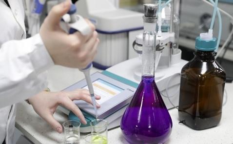 항바이러스 성분 트리아자비린을 합성하는 러시아 우랄연방대 연구원.