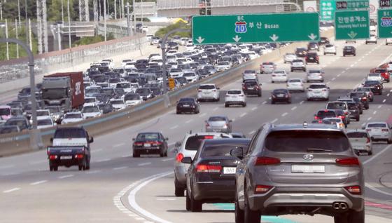 지난해 추석인 9월 13일 남해고속도로에서 부산 방향 차량이 시원하게 달리는 반면 창원 방향 차량은 서행하고 있다. [연합뉴스]