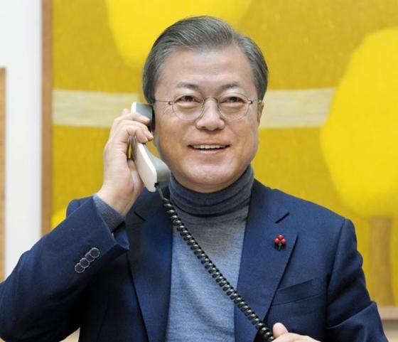 문재인 대통령이 24일 라디오에 출연해 새해 인사를 전하고 있다.