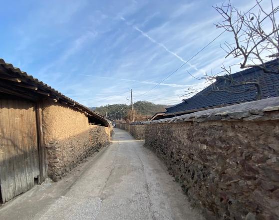 1853년 광산김씨 양강공파 6대 김태현이 지은 전남 강진의 고택 가는 길. 하멜 돌담길로도 불린다. [사진 롯데쇼핑]
