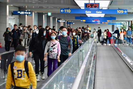 신종 코로나바이러스로 인한 우한 폐렴 사망자가 중국에서 급증하는 가운데 23일 인천국제공항에서 탑승객들이 마스크를 쓴 채 걷고 있다. [연합뉴스]