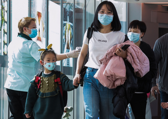 싱가포르 창이공항의 근로자들과 이용객들이 마스크를 착용하고 있다. [AFP=연합뉴스]